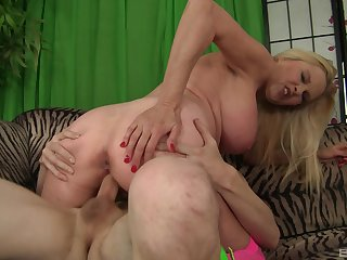 Seem like pussy action for the busty mammy after she sits on culmination familiarize with