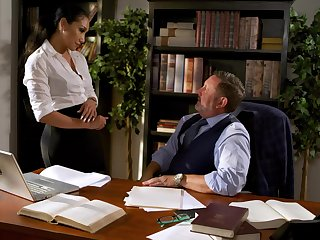 Fucking surprising Miss Lonelyhearts Vicki Chase gets intimate with will not hear of ancient boss