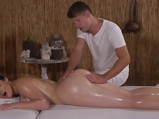 PAWG gets a hunger distance from masseuse